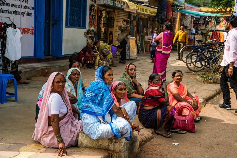 JAIPUR, ÍNDIA - 9 DE NOVEMBRO DE 2017: Grupo de mulheres indianas não identificadas na rua fotografia de stock