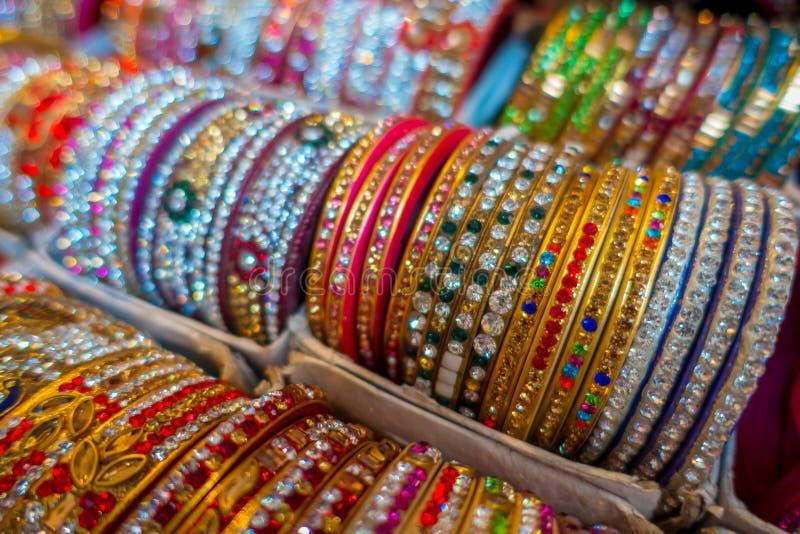 Jaipur, Índia - 20 de setembro de 2017: Braceletes indianos coloridos do pulso empilhados nas pilhas na exposição em uma loja imagem de stock royalty free