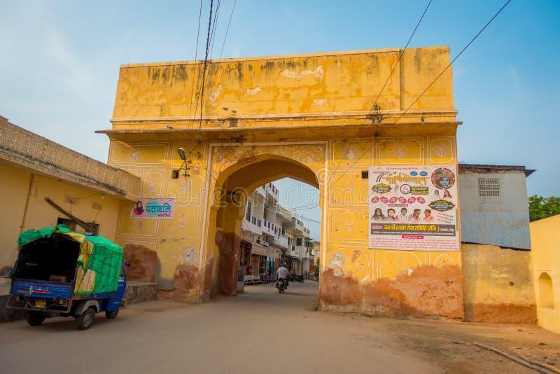 JAIPUR, ÍNDIA - 19 DE SETEMBRO DE 2017: Calha que de cruzamento dos povos não identificados a porta no Naqqar Darwaza bloqueia em fotos de stock