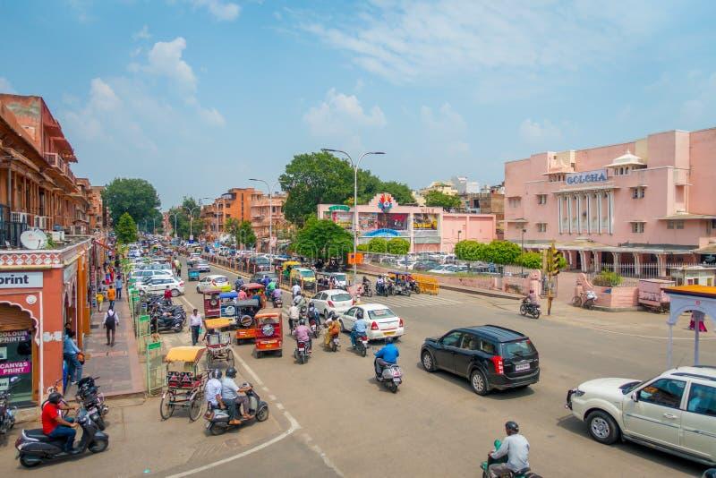 Jaipur, Índia - 20 de setembro de 2017: Corvo dos carros, da motocicleta e dos povos nas ruas da cidade próximo da porta do leste fotografia de stock