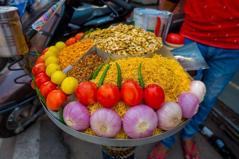 JAIPUR, ÍNDIA - 19 DE SETEMBRO DE 2017: Feche acima do alimento sortido, tomate, cebola, noddle, pimentão, pimenta sobre uma band fotografia de stock