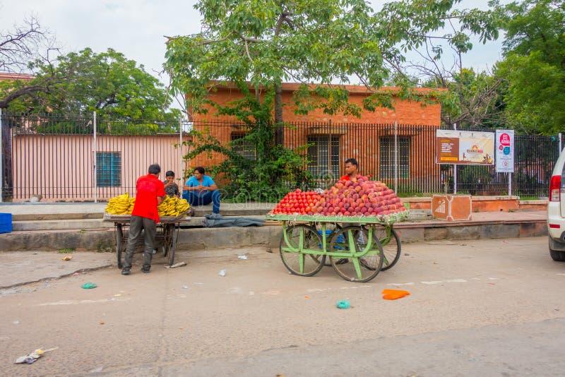 JAIPUR, ÍNDIA - 19 DE SETEMBRO DE 2017: Homem não identificado que usa um tricyle com alimento, em um mercado público das ruas de foto de stock royalty free