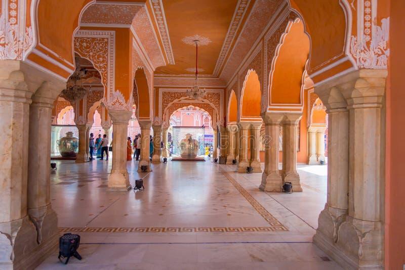 JAIPUR, ÍNDIA - 19 DE SETEMBRO DE 2017: Museu de Chandra Mahal, palácio da cidade na cidade cor-de-rosa, Jaipur, Rajasthan, Índia imagens de stock royalty free