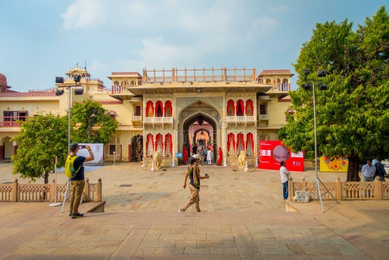 JAIPUR, ÍNDIA - 19 DE SETEMBRO DE 2017: Povos não identificados na porta da entrada ao palácio da cidade em Jaipur, Índia fotos de stock royalty free