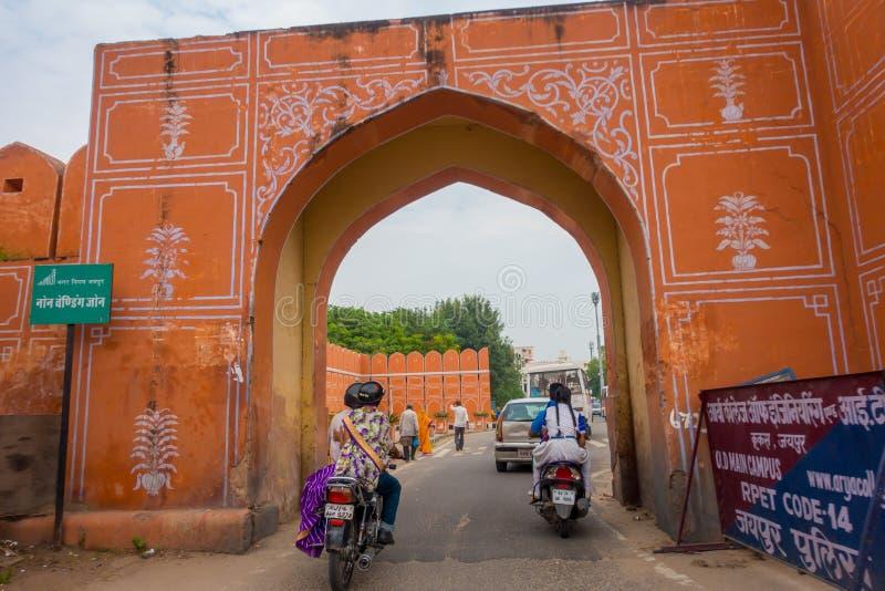JAIPUR, ÍNDIA - 19 DE SETEMBRO DE 2017: Povos não identificados que cruzam-se nas motocicletas que a entrada bloqueia à cidade na fotos de stock