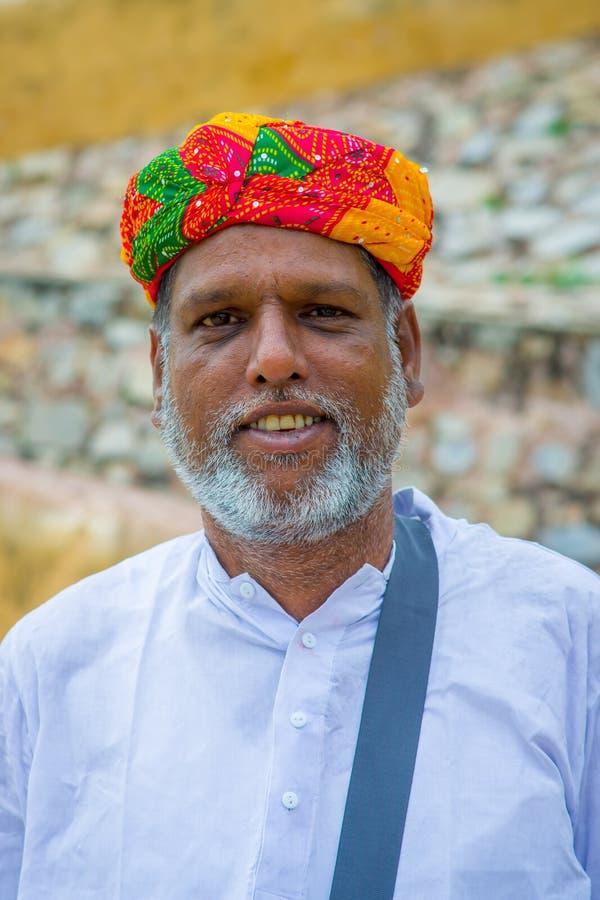 Jaipur, Índia - 19 de setembro de 2017: Retrato de um homem indiano não identificado com barba e de um chapéu coorful nas ruas fotos de stock royalty free
