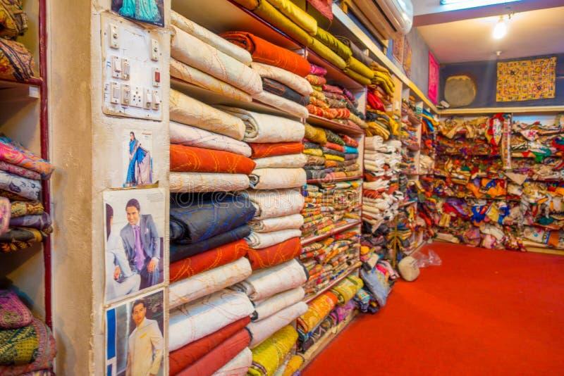 JAIPUR, ÍNDIA - 19 DE SETEMBRO DE 2017: Vista interna da loja da tela, com um mercado colorido bonito de matéria têxtil encontrad fotos de stock