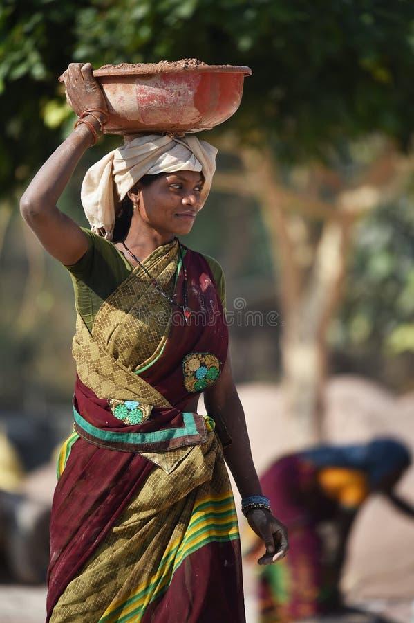 Jaipur, Ινδία, την 1η Δεκεμβρίου 2017: Οι γυναίκες που απασχολούνται στα σκληρά φέρνοντας δομικά υλικά σε την είχαν στοκ φωτογραφία