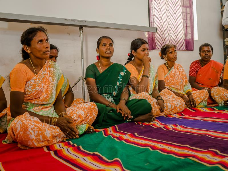 JAIPUR, ΙΝΔΙΑ - 25 ΦΕΒΡΟΥΑΡΊΟΥ 2017: Η ομάδα γυναικών επισκέπτεται το κέντρο για την ενδυνάμωση γυναικών στο Jaipur, Ινδία στοκ εικόνες