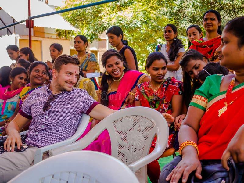 JAIPUR, ΙΝΔΙΑ - 25 ΦΕΒΡΟΥΑΡΊΟΥ 2017: Η ομάδα γυναικών επισκέπτεται το κέντρο για την ενδυνάμωση γυναικών στο Jaipur, Ινδία στοκ φωτογραφίες