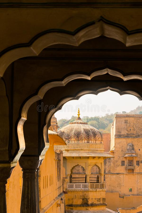 Jaipur Amber Fort-vyn genom fönstret arkivbild