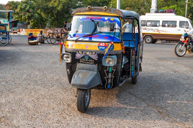 JAIPUR, INDIA - CIRCA NOVEMBER 2017: Autorikshaw in straat van India stock afbeelding