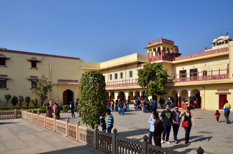 Jaipur, India - December 29, 2014: De mensen bezoeken Amber Fort in Jaipur stock afbeeldingen