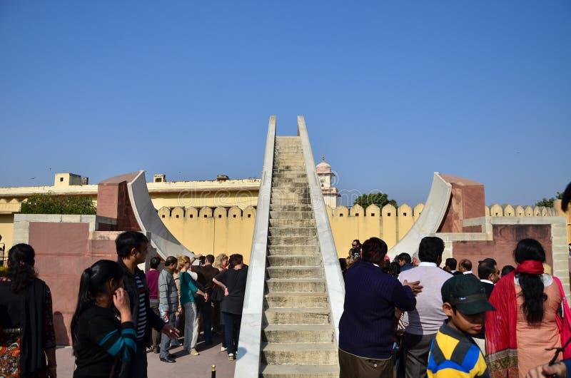 Jaipur, India - December 29, 2014: de mensen bezoeken Jantar Mantar-waarnemingscentrum royalty-vrije stock afbeelding