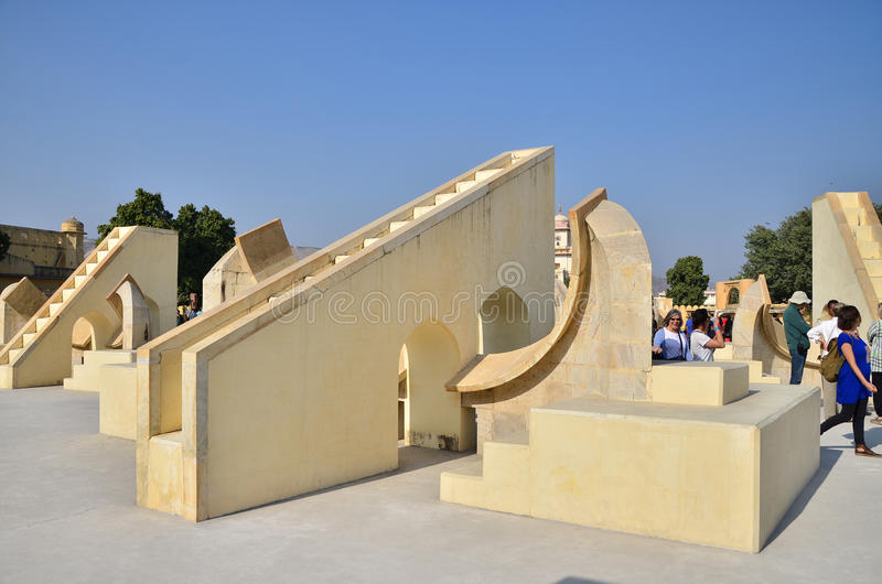 Jaipur, India - December 29, 2014: de mensen bezoeken Jantar Mantar-waarnemingscentrum stock foto's
