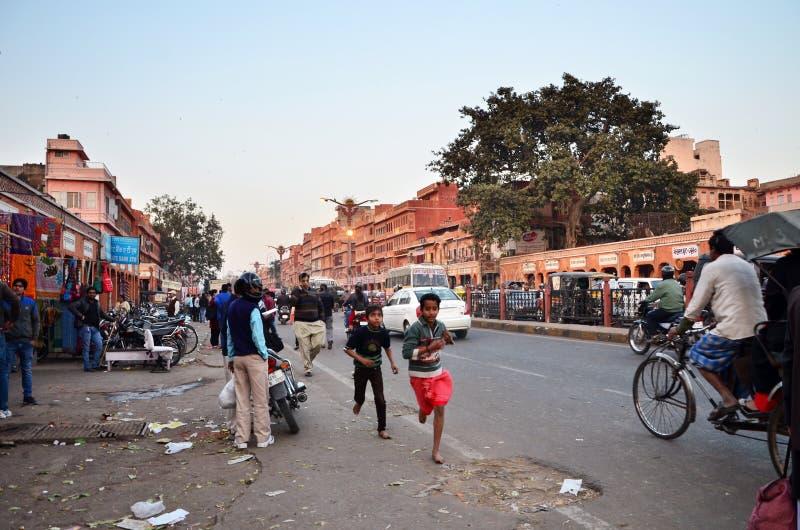 Jaipur, India - December 29, 2014: De mensen bezoeken Straten van INDRA-bazaar royalty-vrije stock afbeelding