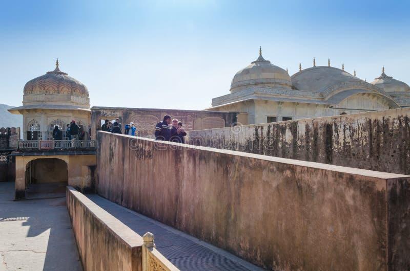 Jaipur, India - December 29, 2014: De toeristen bezoeken Amber Fort in Jaipur royalty-vrije stock afbeelding