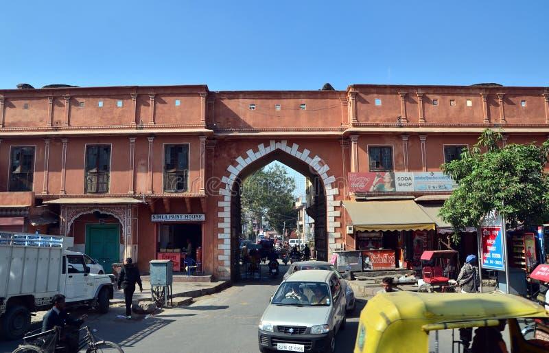 Jaipur, India - December 29, 2014: Indische mensen op Straat van de roze stad royalty-vrije stock afbeelding