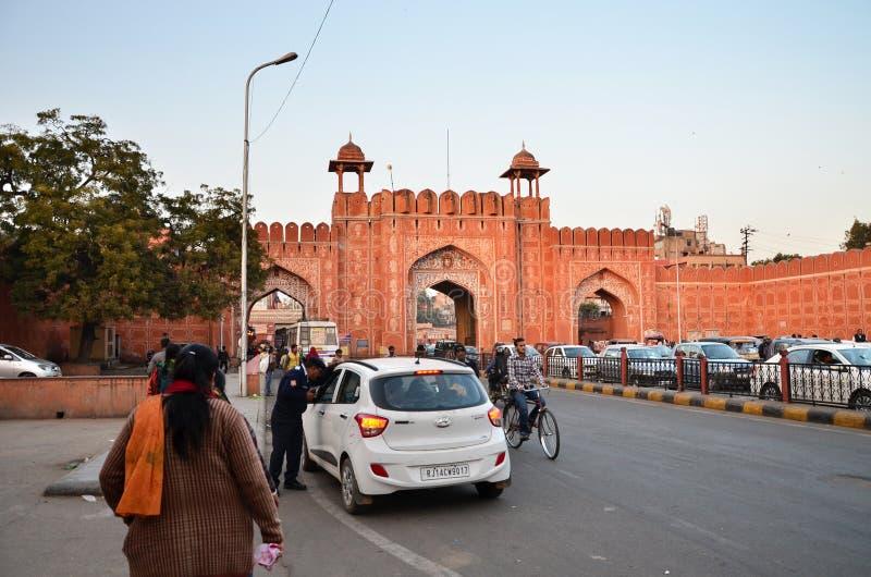 Jaipur, India - December 29, 2014: Mensen bij de hoofdingang aan Indra Bazar in Jaipur stock afbeeldingen