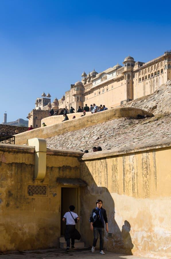 Jaipur, India - December 29, 2014: Toeristenbezoek Amber Fort in Jaipur stock afbeeldingen