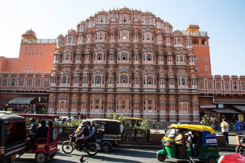 JAIPUR, INDIA - JANUARI 10, 2018: Hawa Mahal is een paleis Het wordt geconstrueerd van rood en roze zandsteen royalty-vrije stock fotografie