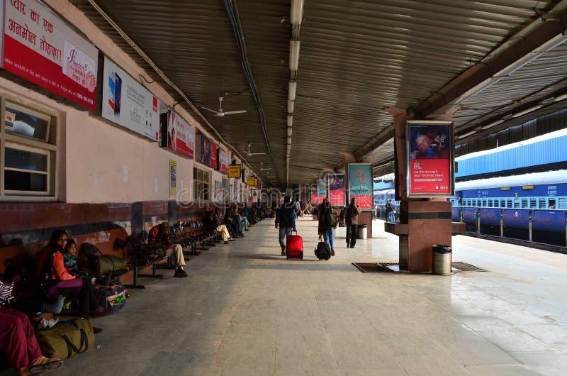 Jaipur, India - Januari 3, 2015: Menigte op platforms bij het station van Jaipur royalty-vrije stock fotografie