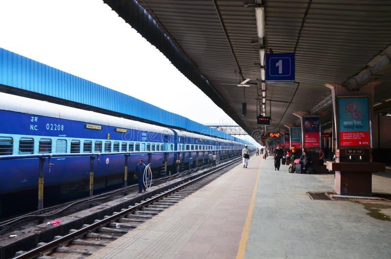 Jaipur, India - Januari 3, 2015: Passagier op platforms bij het station van Jaipur royalty-vrije stock foto