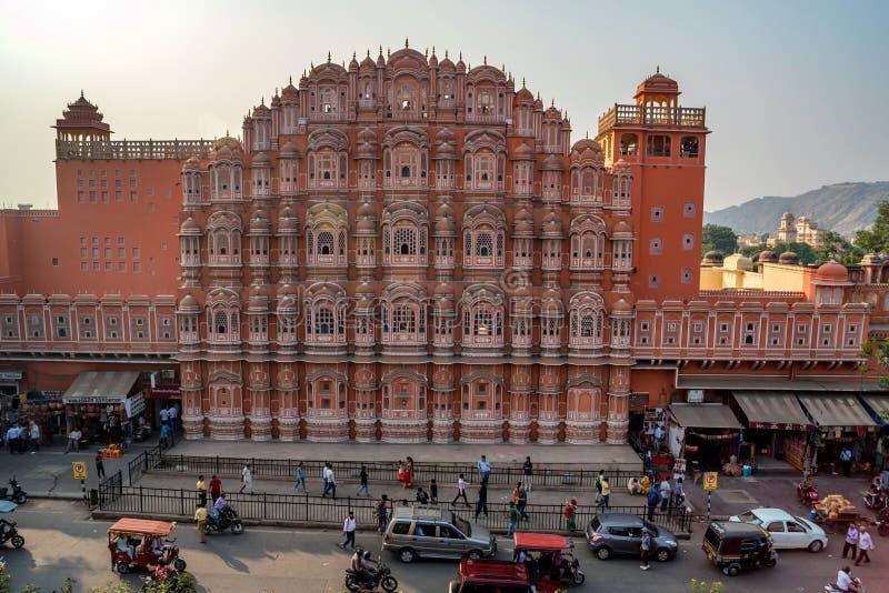 JAIPUR, INDIA - NOVEMBER 9, 2017: Voorgevel van Hawa Mahal-paleis in India royalty-vrije stock fotografie