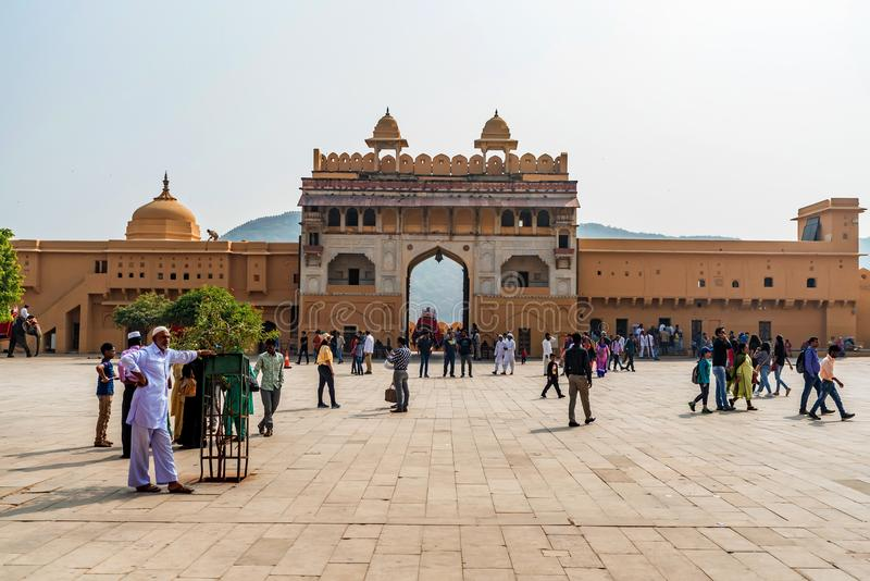 JAIPUR, INDIA - 5 NOVEMBRE 2017: Turisti in cortile di Amber Fort in India immagine stock