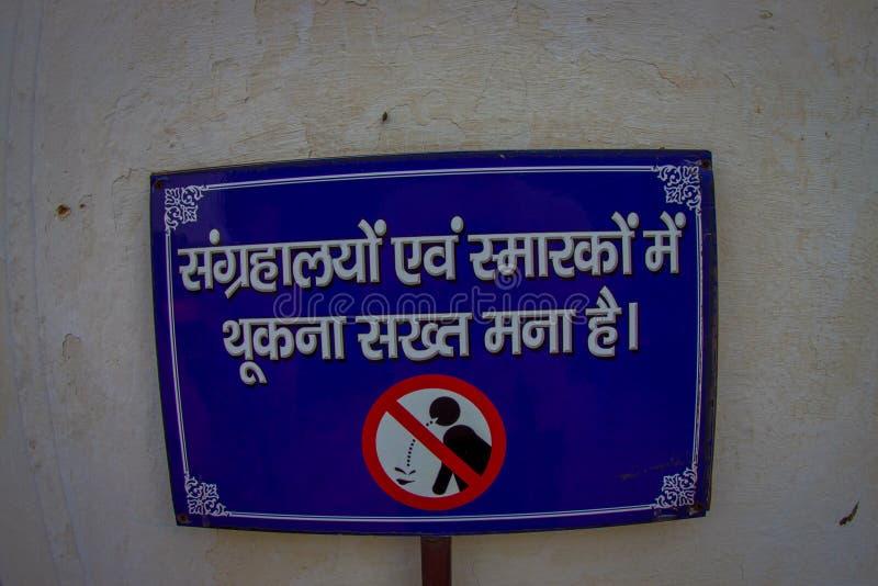 Jaipur, India - September 19, 2017: Informatief die teken met een beeld van niet spit in Rood Fort in Delhi, India wordt gevestig royalty-vrije stock fotografie