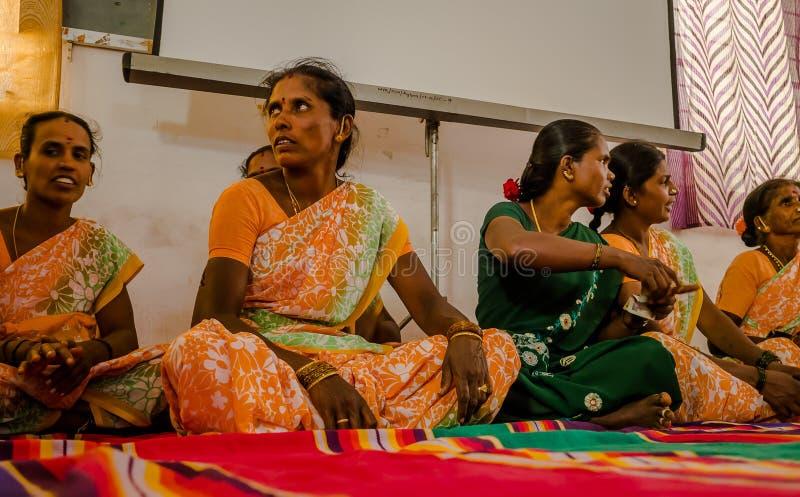 JAIPUR INDIEN - FEBRUARI 25, 2017: Gruppen av kvinnor besöker mitten för kvinnabemyndigande i Jaipur, Indien royaltyfri foto