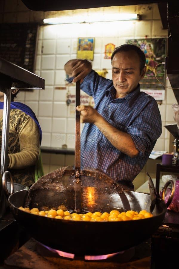 JAIPUR, INDIEN - 10. JANUAR 2018: Ein Mann kocht traditionelle indische Bonbons stockfotografie