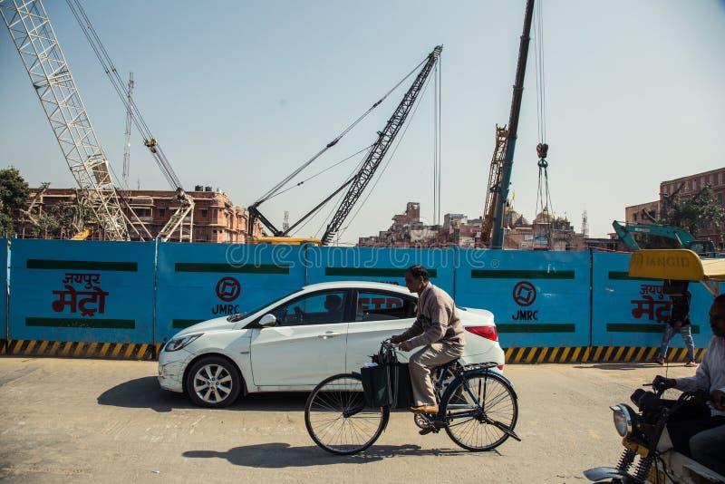 JAIPUR INDIEN - JANUARI 10, 2018: Konstruktion av tunnelbanan i Jaipur Fäkta på vägen arkivfoto