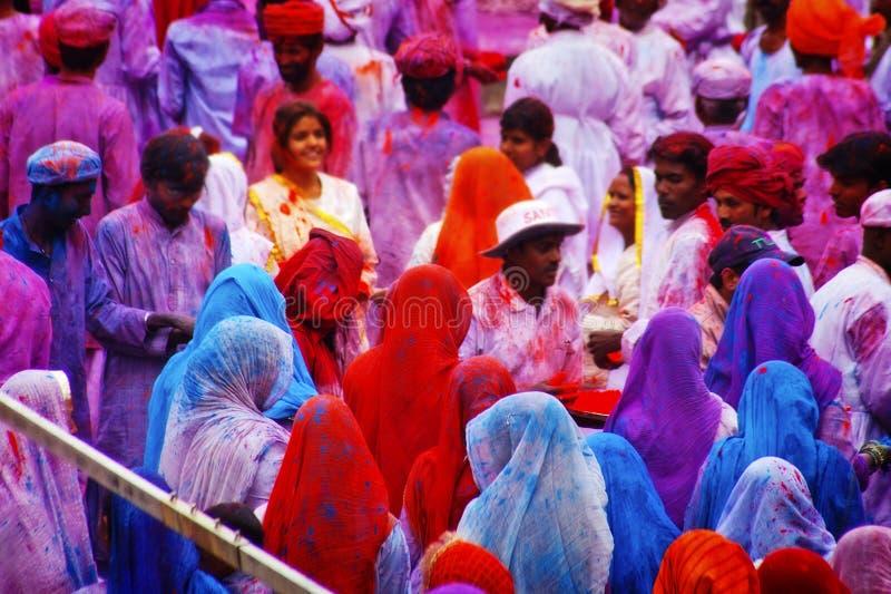 Leute bedeckt in der Farbe auf Holi Festival stockbild