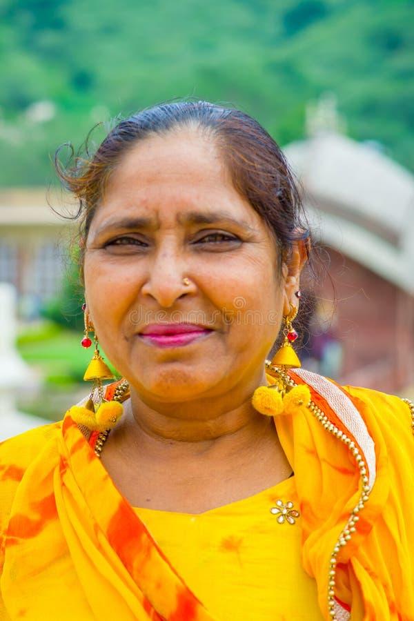 Jaipur, Indien - 19. September 2017: Porträt einer nicht identifizierten indischen Frau mit coorful Kleid auf den Straßen von Jai stockfotografie