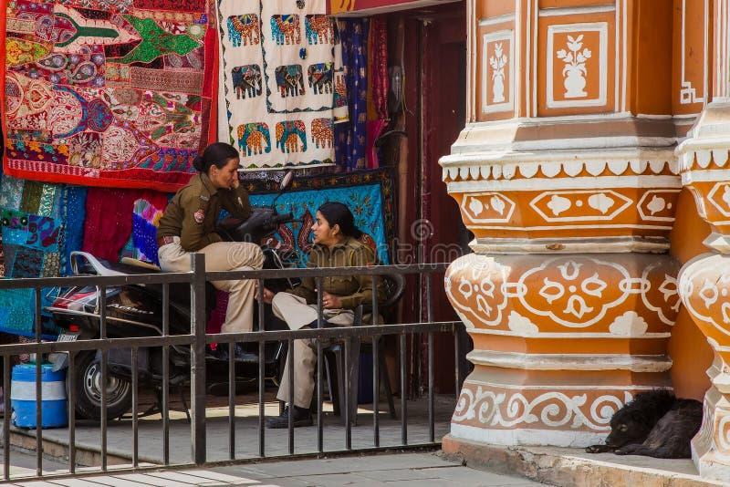 JAIPUR, LA INDIA - 10 DE ENERO DE 2018: Muchachas de la policía en el guardia Hawa Mahal fotos de archivo libres de regalías