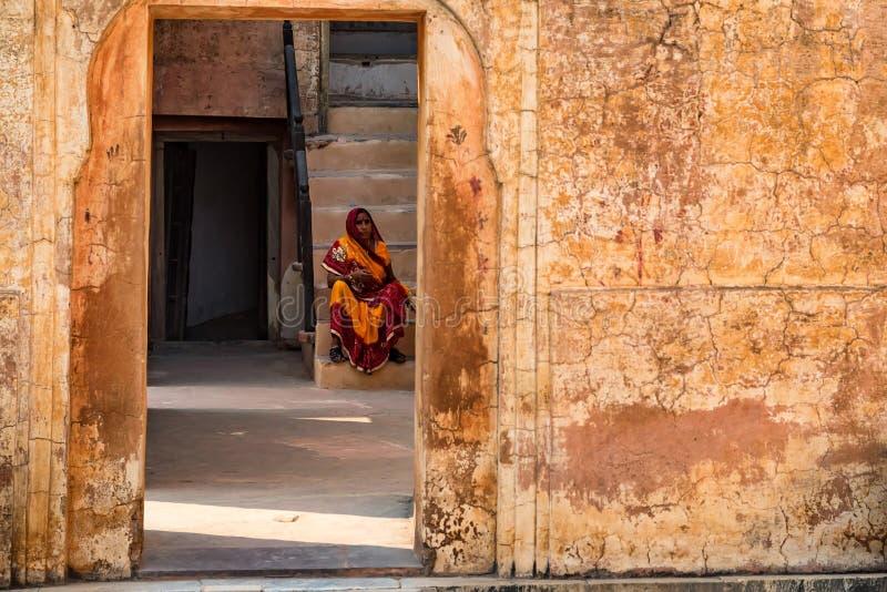 JAIPUR, LA INDIA - 5 DE NOVIEMBRE DE 2017: Mujer local en Amber Fort en Jaipur, la India fotografía de archivo