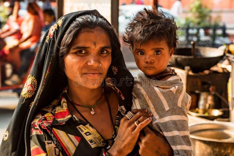 JAIPUR, LA INDIA - 9 DE NOVIEMBRE DE 2017: Mujer india no identificada con el niño imagenes de archivo
