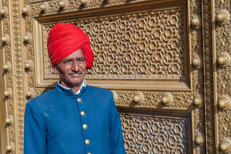 JAIPUR, la INDIA - enero, 27: Guardia de la puerta en el palacio de la ciudad en Januar imagen de archivo
