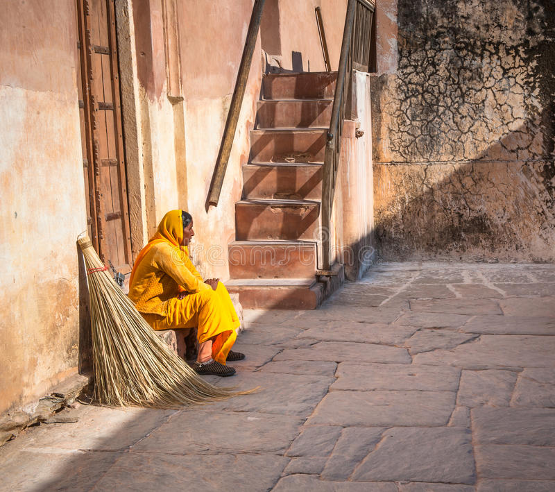 JAIPUR, RAJASTAN, ÍNDIA - Janeiro, 27: Mulher De Limpeza Em F Ambarino Fotografia Editorial