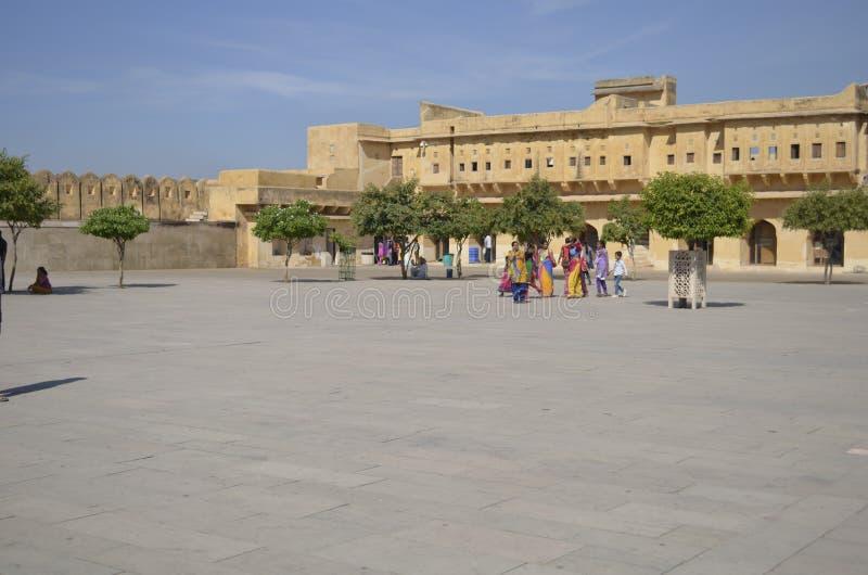 Jaipur Rajasthan, Indien: Majestätisk borggård av Amber Fort i Jaipur, turister som tycker om arkitekturen av slotten royaltyfria bilder
