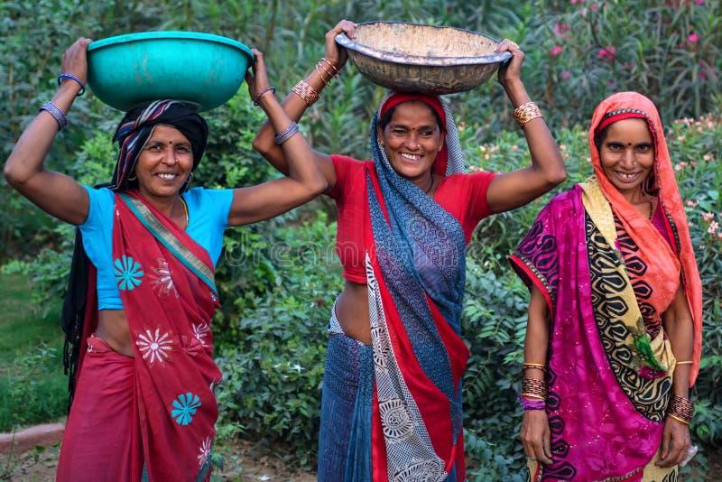JAISALMER, ÍNDIA - CERCA DO NOVEMBRO DE 2017: Mulheres indianas na roupa tradicional imagem de stock