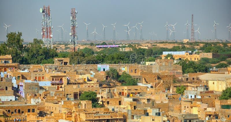 Jaisalmer, India Straten met celtorens en windenergiesoorten stock foto's