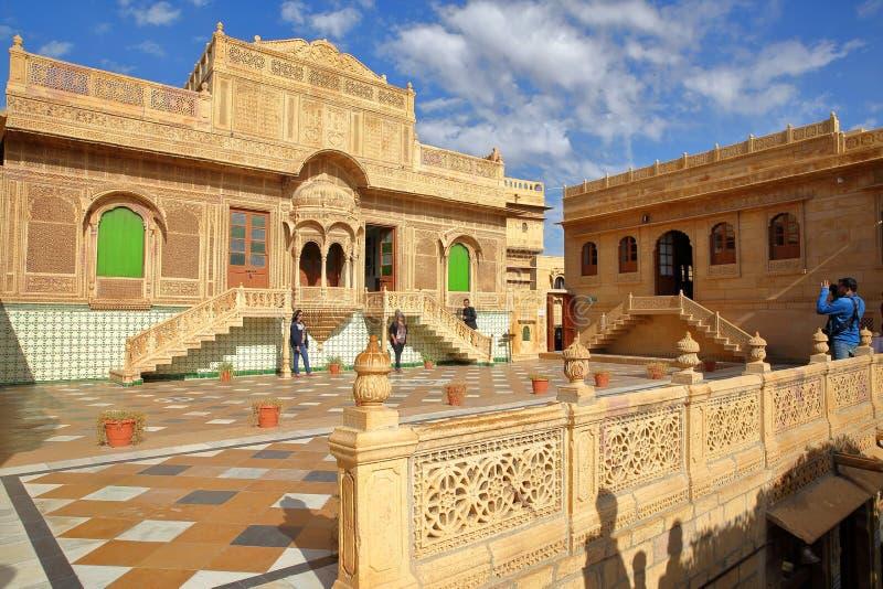 JAISALMER, RÀJASTHÀN, INDE - 20 DÉCEMBRE 2017 : Jawahir Vilas à l'intérieur de palais de Mandir avec le trottoir modelé et la faç images stock