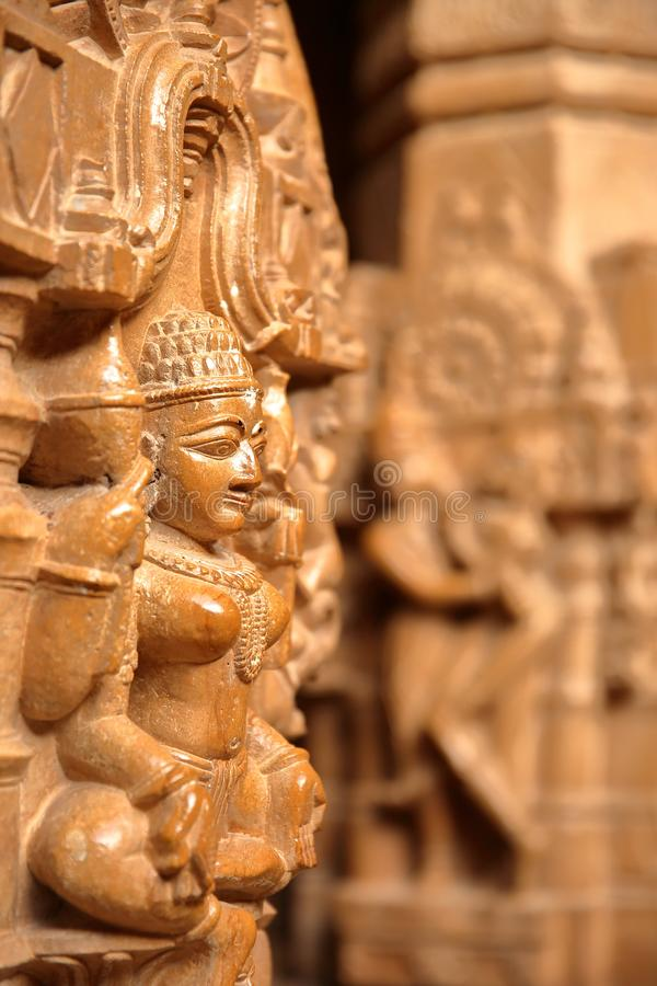 JAISALMER, RAJASTHÁN, LA INDIA - 21 DE DICIEMBRE DE 2017: Detalle de las tallas dentro del templo de Rikhabdev, un templo Jain si foto de archivo libre de regalías