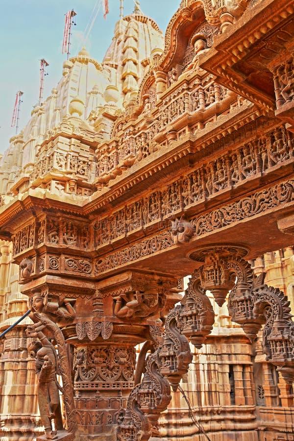 JAISALMER, RAJASTHÁN, LA INDIA - 21 DE DICIEMBRE DE 2017: Detalle de las tallas en el templo de Shantinath, un templo Jain situad fotografía de archivo libre de regalías