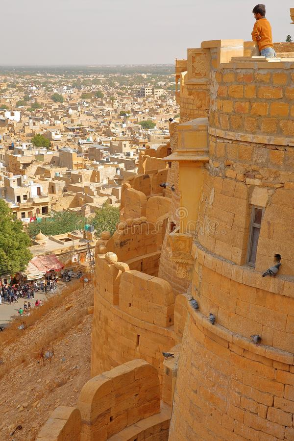 JAISALMER, RAJASTHÁN, LA INDIA - 21 DE DICIEMBRE DE 2017: Primer en la fachada externa del fuerte de Jaisalmer que pasa por alto  imágenes de archivo libres de regalías