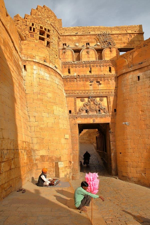 JAISALMER, RAJASTHÁN, LA INDIA - 21 DE DICIEMBRE DE 2017: La puerta Suraj Pol de la entrada al fuerte de Jaisalmer con un músico  foto de archivo libre de regalías