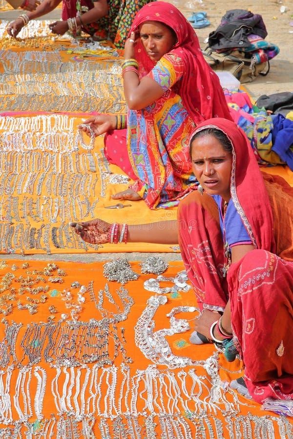 JAISALMER, RAJASTHÁN, LA INDIA - 20 DE DICIEMBRE DE 2017: Retrato de mujeres con el vestido colorido y las joyas que llevan Estas fotos de archivo