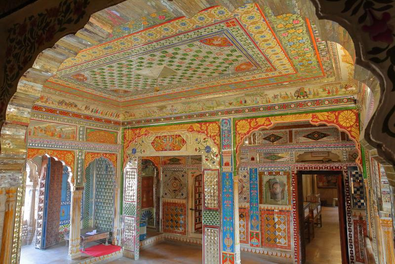 JAISALMER, RAJASTHÁN, LA INDIA - 19 DE DICIEMBRE DE 2017: Sitio duplicado dentro del museo de Haveli del ki del ` s Patawa de Kot fotos de archivo